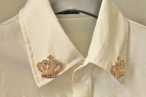 Weisse Bluse von Vanilla Closet mit zwei Kronen am Kragen