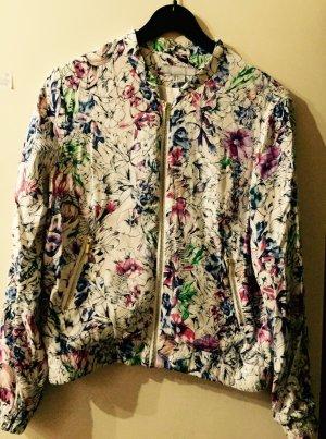 Weiße Blusenjacke mit Blumenmuster