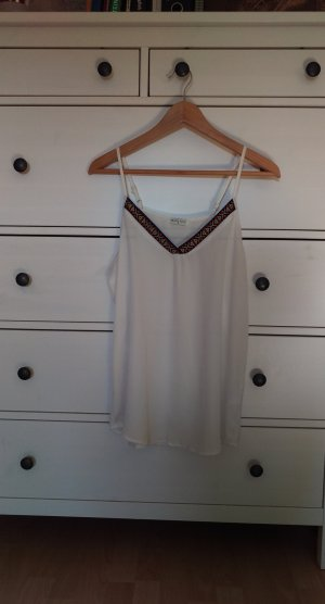 weiße Camisole mit bunter Borte am V-Ausschnitt