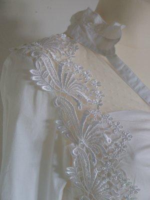 weiße edle Bluse mit Spitze Rüschen und Strassknöpfen NEU