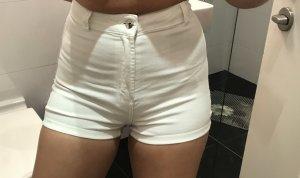 Weiße enge high waisted hotpan kurze Hose