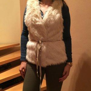 Weiße Fellweste mit Lederband