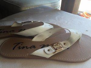 Weiße Flip Flops mit goldener Schnalle