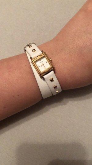 Weiße Guess Uhr mit doppeltem Band und goldenen Details