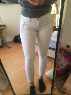 Weiße Hose mit Reißverschlüssen
