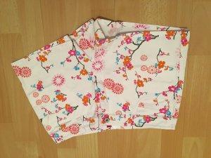 weiße Hot Pants mit buntem Muster