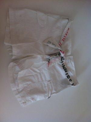 Weiße Hot Pants mit Gürtel