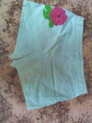 Weisse Hotpants mit Blume