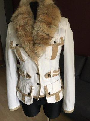 Weiße Jacke mit Pelzkragen