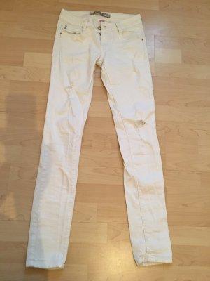 weiße jeans mit rissen