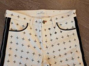 weisse Jeans mit schwarzen Stickereien