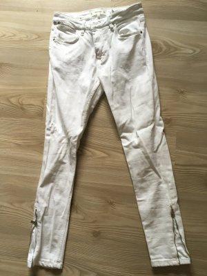weiße Jeans mit silbernen Reißverschlüssen
