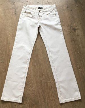 Weisse Jeans mit süßem Knopf