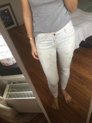 Weiße Jeans mit zurückhaltendem Blumenmuster