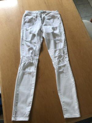 Weiße Jeanshose mit Löchern