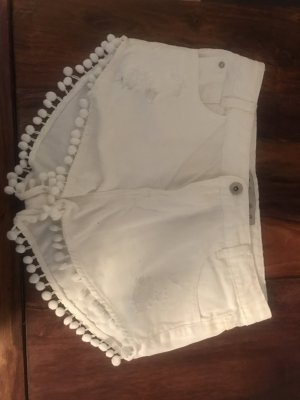 Weiße Jeansshorts mit Bommeln