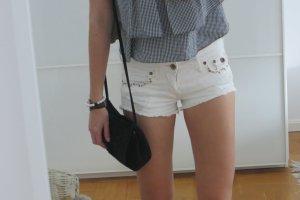 Weiße Jeansshorts mit Strasssteinen