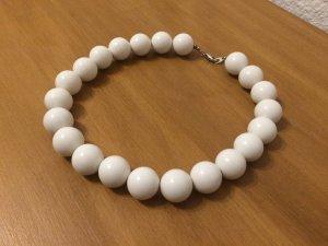 Weiße Kette mit dicken Perlen