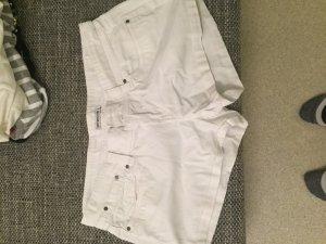 Weiße kurze Shorts von terranova