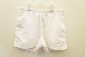 Weiße kurze Sporthose
