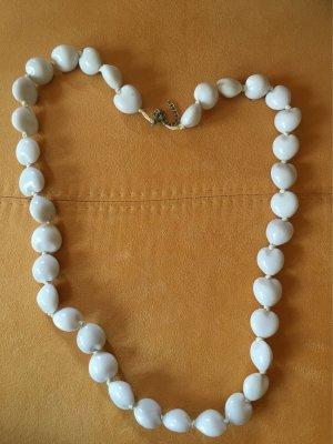 Weiße lange Perlenkette