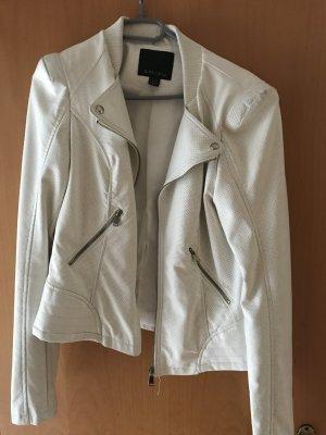 Weiße Lederjacke mit Silberdetails