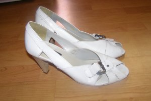 weiße Lederpumps mit Schnalle