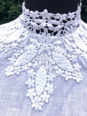 Weiße Leinenbluse mit Spitzen-Klagen