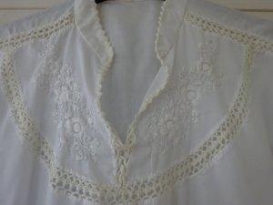 Weiße, luftige handbestickte ärmellose Bluse