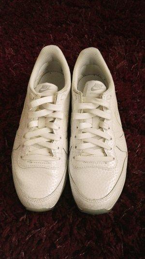 Weiße Nike Sneaker mit heller Sohle