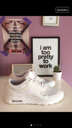 Weiße Nike Thea