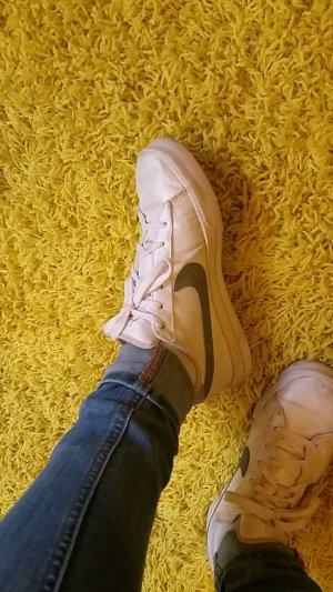 Weiße Nikes - perfekt für jeden Tag