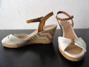 Weiße Sandalen mit Keilabsatz