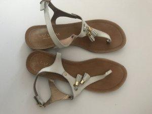 Weiße Sandalen mit Quaste