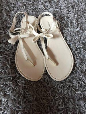 Weiße Sandalen mit Schleife
