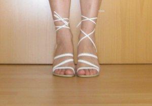 Weiße Sandalen mit Strasssteinen