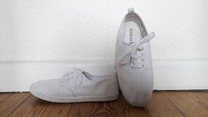 Weiße Schuhe und Outdooraktive Frau passen nicht zusammen