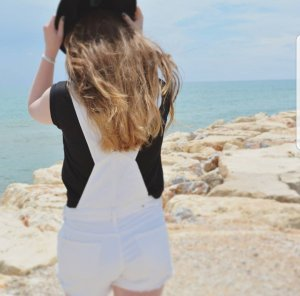 Weiße Shorts mit Hosenträger