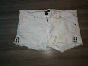 weiße Shorts mit Nieten