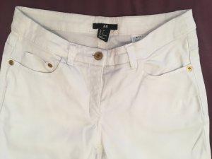 Weiße Slim Jeans mit goldenen Knöpfen