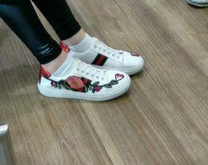 Weiße Sneaker mit Blumen