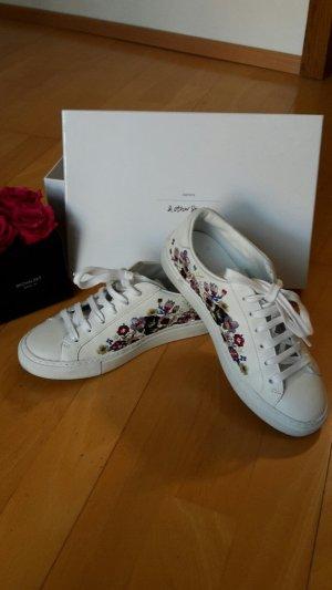 Weiße Sneaker mit Blumenstickerei!