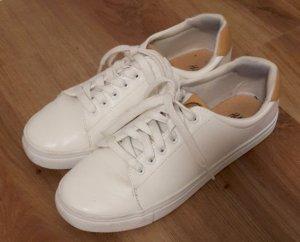 Weiße Sneaker mit braunen Details