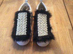 Weisse Sneaker mit Perlenbesatz von Zara