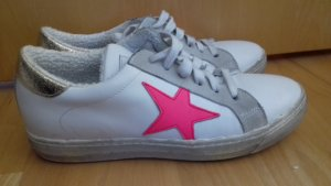 Weiße Sneaker mit Stern von Meline Méliné