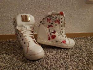 weiße Sneaker mit Wedgeabsatz