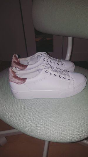 weiße sneaker von pull&bear