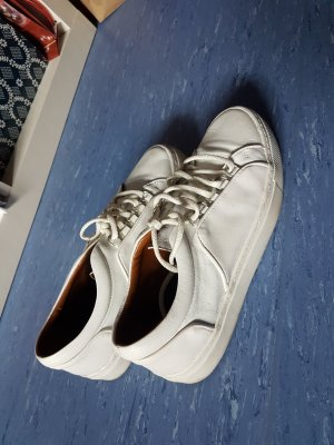 weiße Sneaker von Zara aus Lederimitat