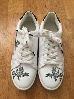 Weiße Sneaker von Zara mit Stickereien in 37