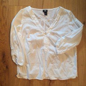 Weiße sommerliche Bluse mit verspielten Details